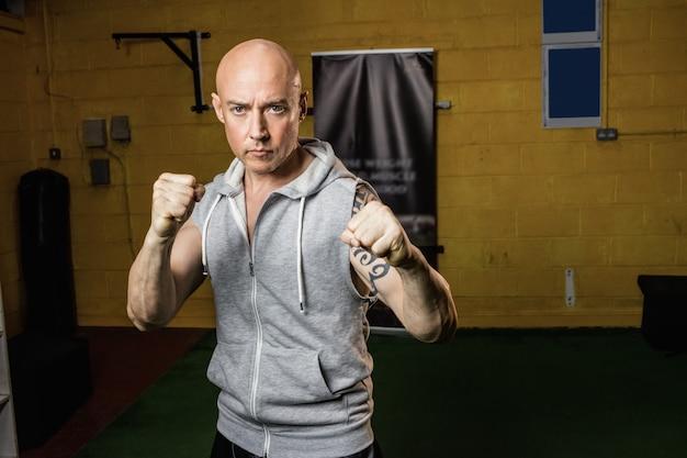 Porträt des thailändischen boxers, der das boxen übt