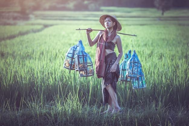 Porträt des thailändischen landwirts der jungen frau, thailand-landschaft