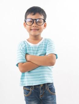 Porträt des tragenden glasdenkens des netten asiatischen jungenstudenten lokalisiert auf weiß