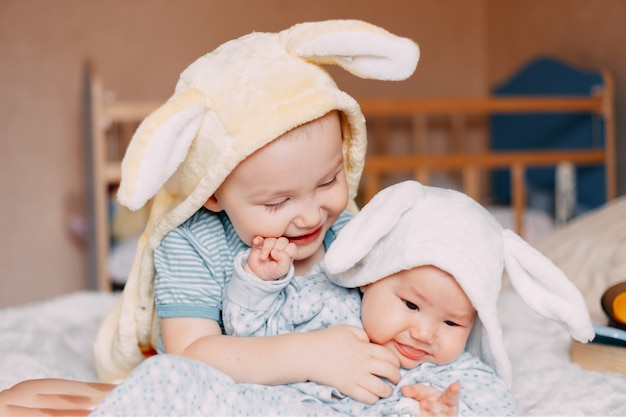 Porträt des tragenden kaninchenohrenlächelns des kleinkindjungen und -babys.