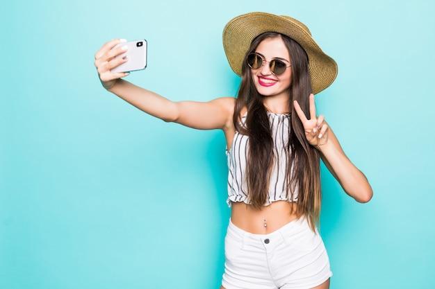 Porträt des traummädchens machen selfie-blog senden luftküsse zu ihren anhängern online-datum isoliert über blaugrün türkis farbe hintergrund