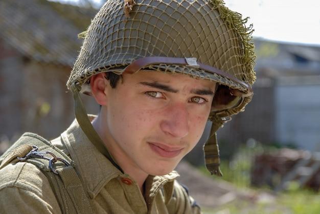 Porträt des traurigen jungen amerikanischen soldaten wwii