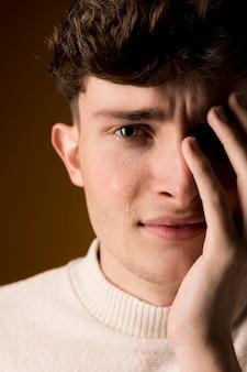 Porträt des traurigen jungen mannes
