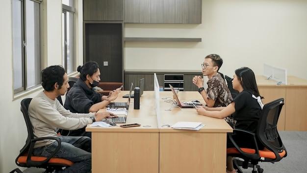 Porträt des treffens zwischen den abteilungen im büro