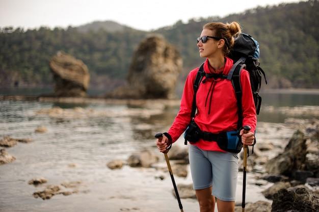 Porträt des trekkingsmädchens mit dem wandern der ausrüstung