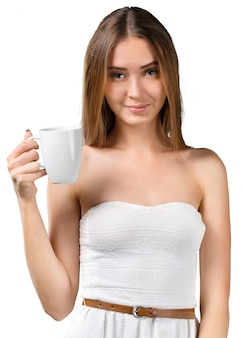 Porträt des trinkenden kaffees oder des tees der jungen schönheit