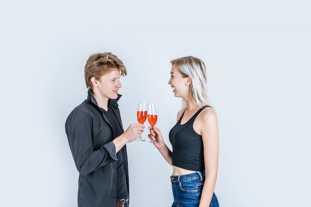 Porträt des trinkenden weins der glücklichen jungen paare