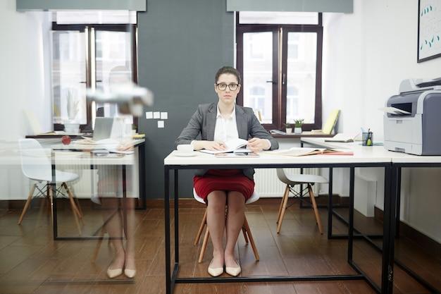 Porträt des überzeugten büroangestellten