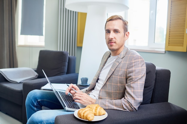 Porträt des überzeugten jungen unternehmers