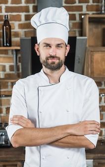 Porträt des überzeugten männlichen chefs in der küche
