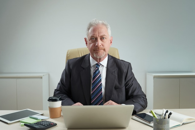 Porträt des überzeugten reifen unternehmers
