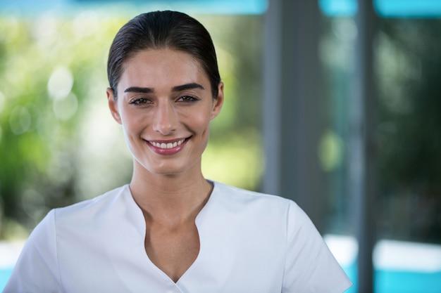 Porträt des überzeugten weiblichen masseurs