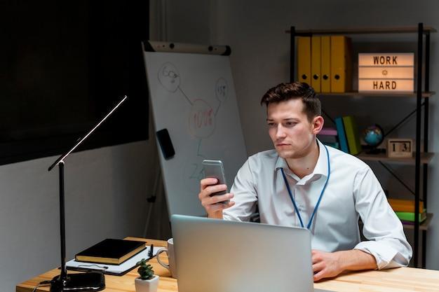 Porträt des unternehmers, der nachts am projekt arbeitet