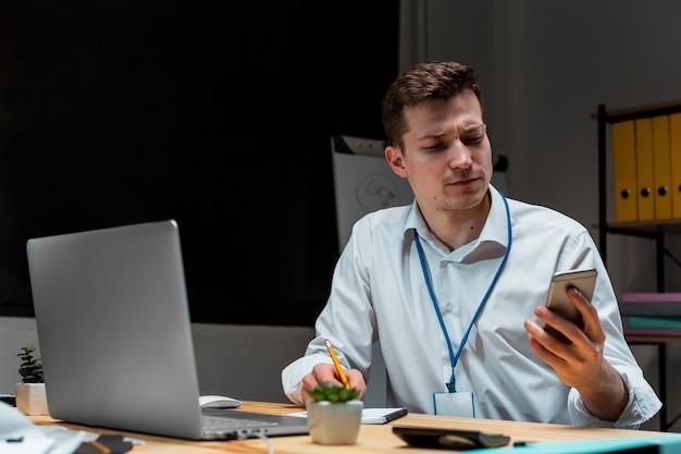 Porträt des unternehmers, der nachts arbeitet