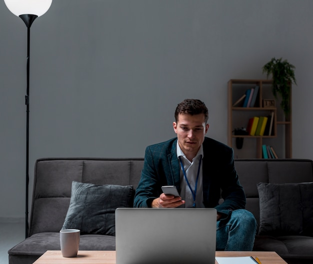 Porträt des unternehmers, der von zu hause aus arbeitet