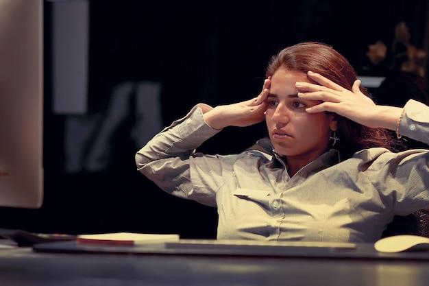 Porträt des verärgerten büroangestellten, managerfrau, die vor dem monitor des computers sitzt.
