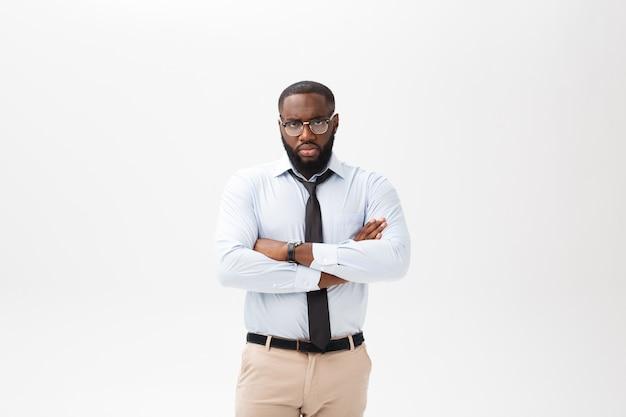 Porträt des verärgerten oder gestörten jungen afroamerikanermannes im weißen polohemd, welches die kamera mit missfallenem ausdruck betrachtet.