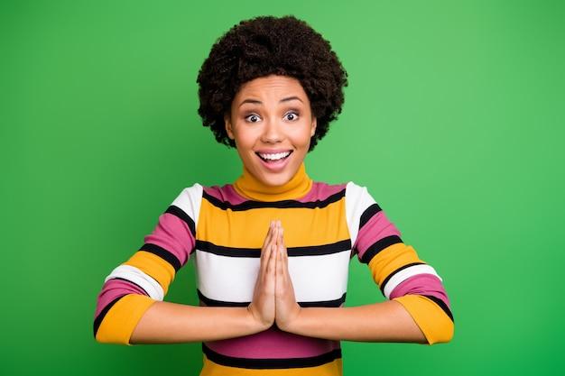 Porträt des verblüfften verrückten funky afroamerikanischen mädchens hören wollen warten geschenk geschenk geschenk unglaublichen schrei unglaublich hände zusammen tragen tragen trendiges outfit