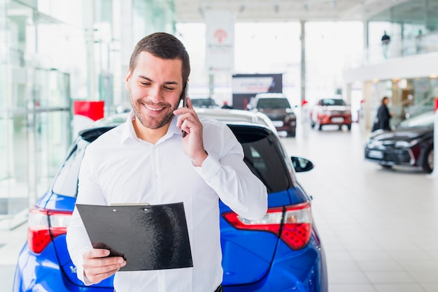 Porträt des verkäufers im autohaus