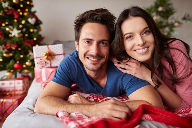 Porträt des verliebten paares während der weihnachten