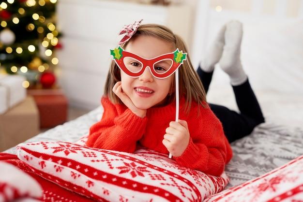 Porträt des verspielten mädchens in der weihnachtsmaske