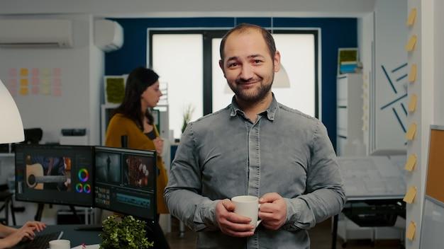 Porträt des videofilmers, der lächelnd vor der kamera steht
