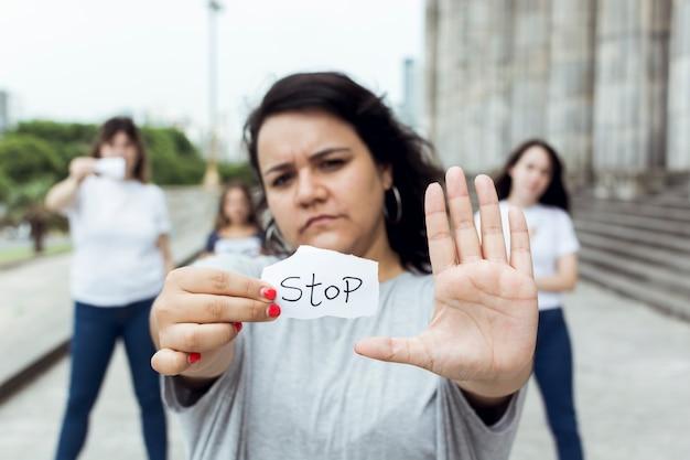 Porträt des weiblichen aktivistendemonstrierens