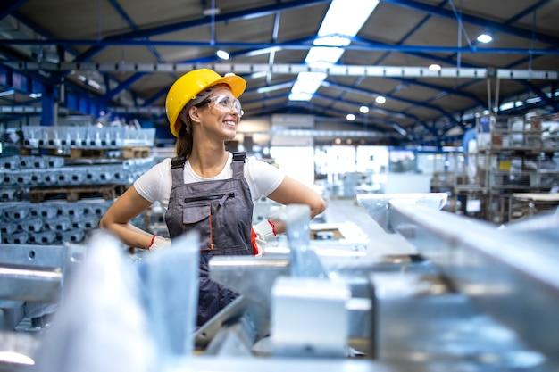 Porträt des weiblichen fabrikarbeiters, der beiseite schaut
