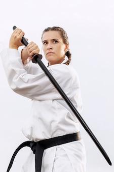 Porträt des weiblichen kämpfers im karatekostüm