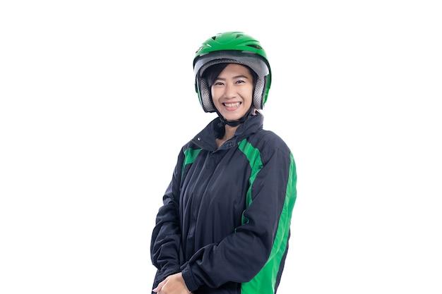 Porträt des weiblichen taxifahrers mit helm lokalisiert über weißem hintergrund