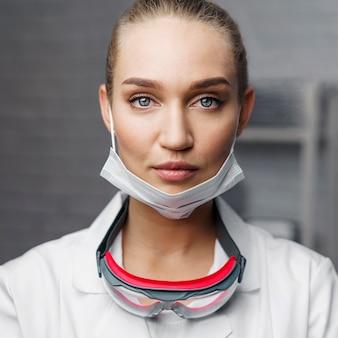 Porträt des weiblichen technikers, der mit schutzbrille aufwirft