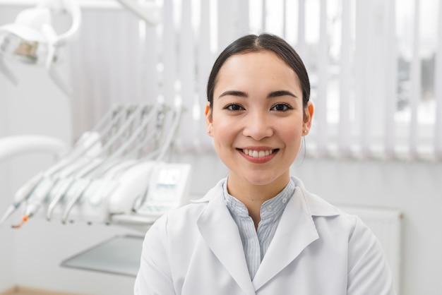 Porträt des weiblichen zahnarztes