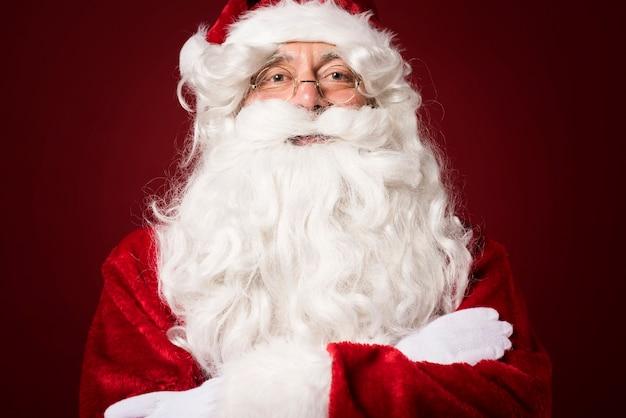 Porträt des weihnachtsmannes auf rotem hintergrund