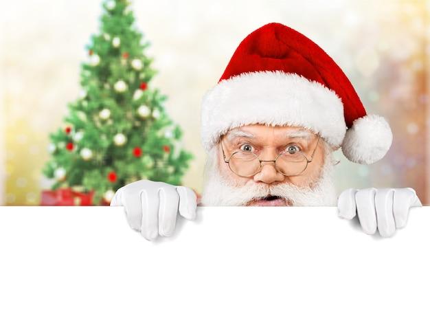 Porträt des weihnachtsmannes auf weihnachtshintergrund