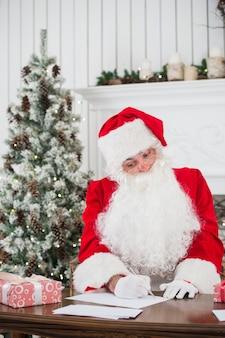 Porträt des weihnachtsmannes, der weihnachtsbriefe beantwortet