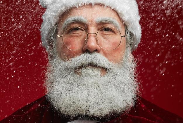 Porträt des weihnachtsmannes mit schnee
