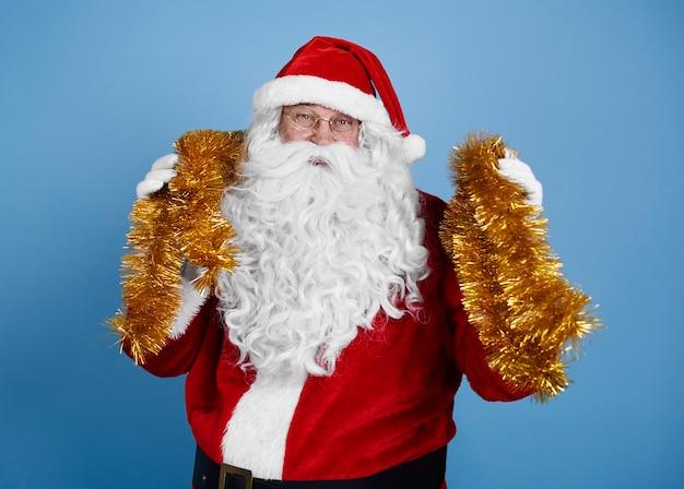 Porträt des weihnachtsmannes mit weihnachtsdekoration