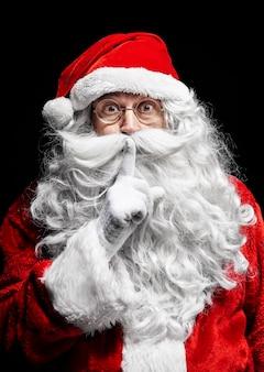 Porträt des weihnachtsmanns, der auf studioaufnahme gestikuliert