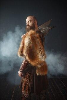 Porträt des wikingers mit axt, kampfgeist
