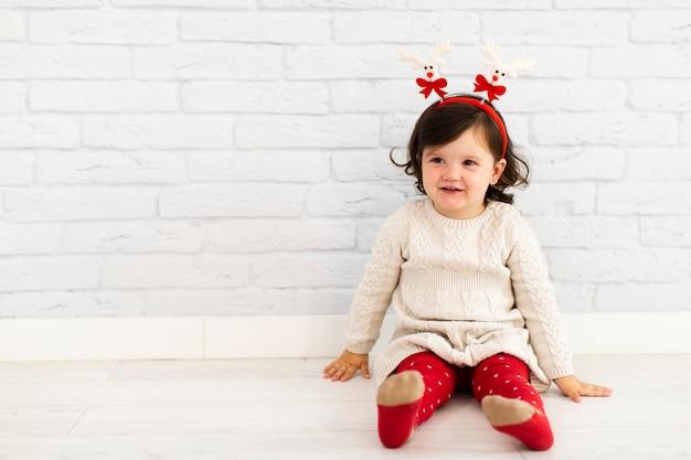 Porträt des winters gekleidetes kleines mädchen