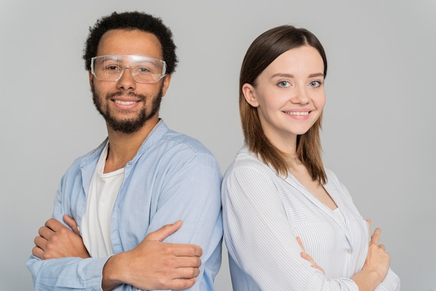 Porträt des wissenschaftlers des mannes und der frau, die mit verschränkten armen stehen