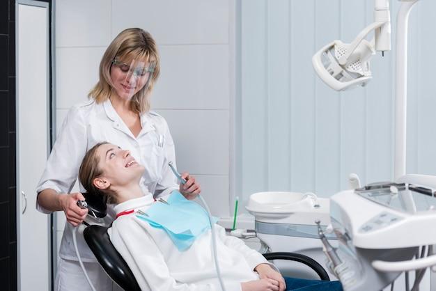 Porträt des zahnarztes behandlung durchführend