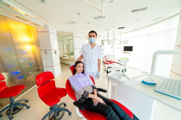 Porträt des zahnarztes und des patienten in der zahnheilkunde.