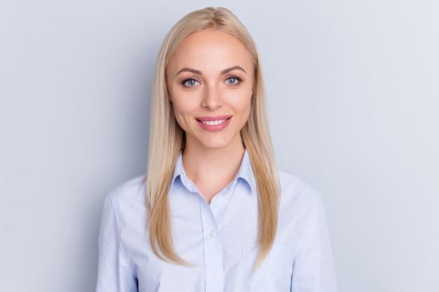 Porträt des zahnenden lächelns des exekutivmädchens in der kamera