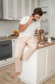 Porträt des zufälligen mannes, der am telefon spricht