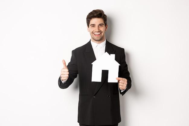 Porträt des zuversichtlichen immobilienmaklers, der hausmarkt zeigt
