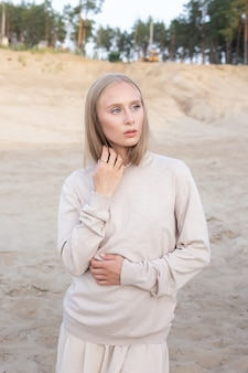 Porträt draußen auf sand vor wald, hübsche weibliche aufstellung