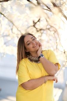Porträt einer 38-40-jährigen frau in elegantem mantel und gelbem kleid