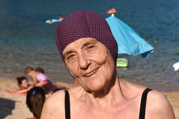 Porträt einer älteren frau am strand