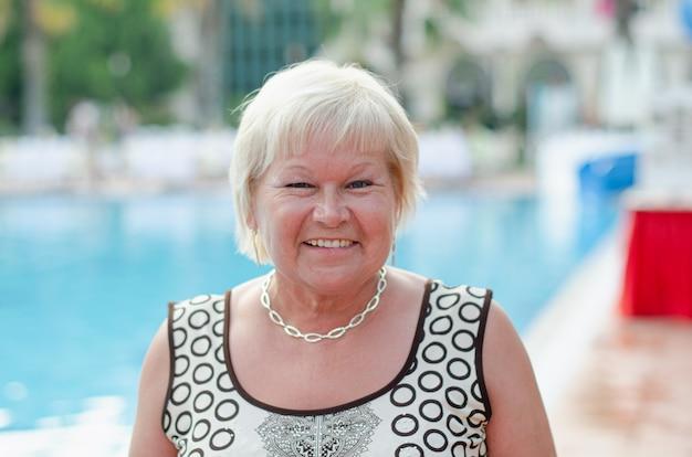 Porträt einer älteren frau auf dem pool.